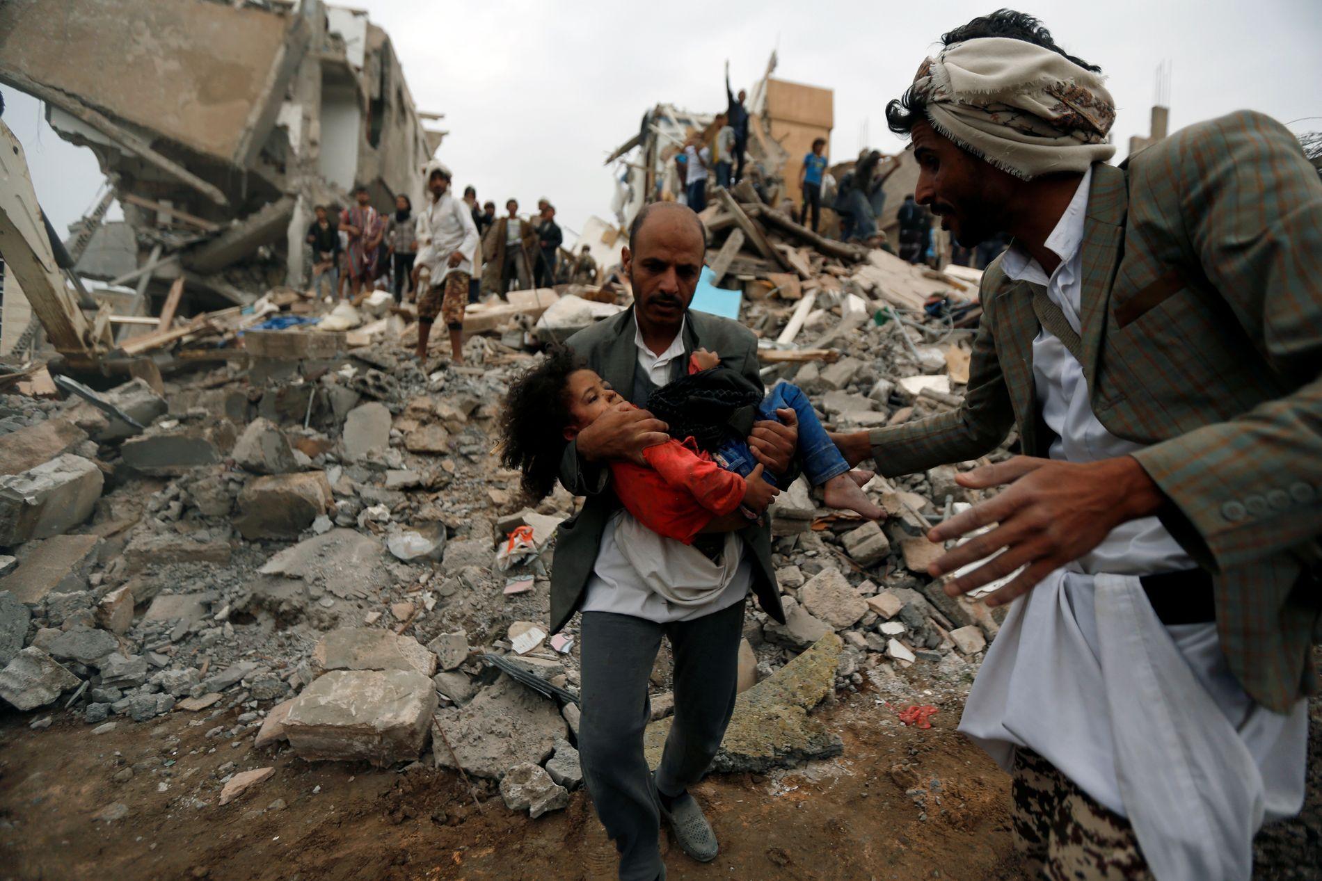 ANGREPET: En jente bæres bort fra en utbombet bygning i Sanaa i august 2017. Åtte av hennes familiemedlemmer døde.