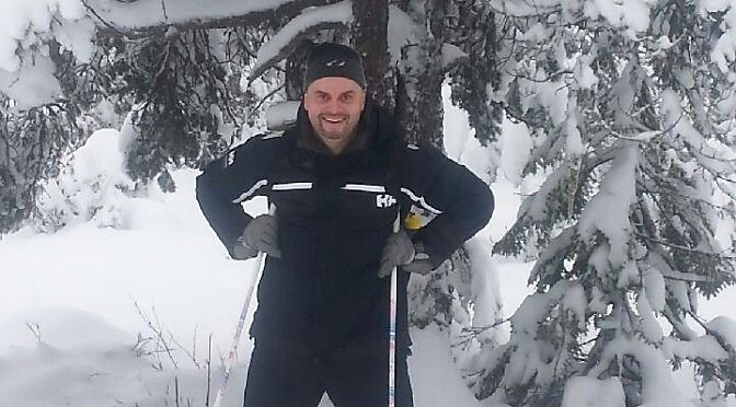 KAN HA LØSNINGEN: Rune Glørstad (44) var tidligere svært overvektig, og unngikk å ta buss blant annet fordi setebeltene ikke gikk rundt ham. Nå har han tatt av hele 120 kilo, men foreslår belteforlengere i alle busser.