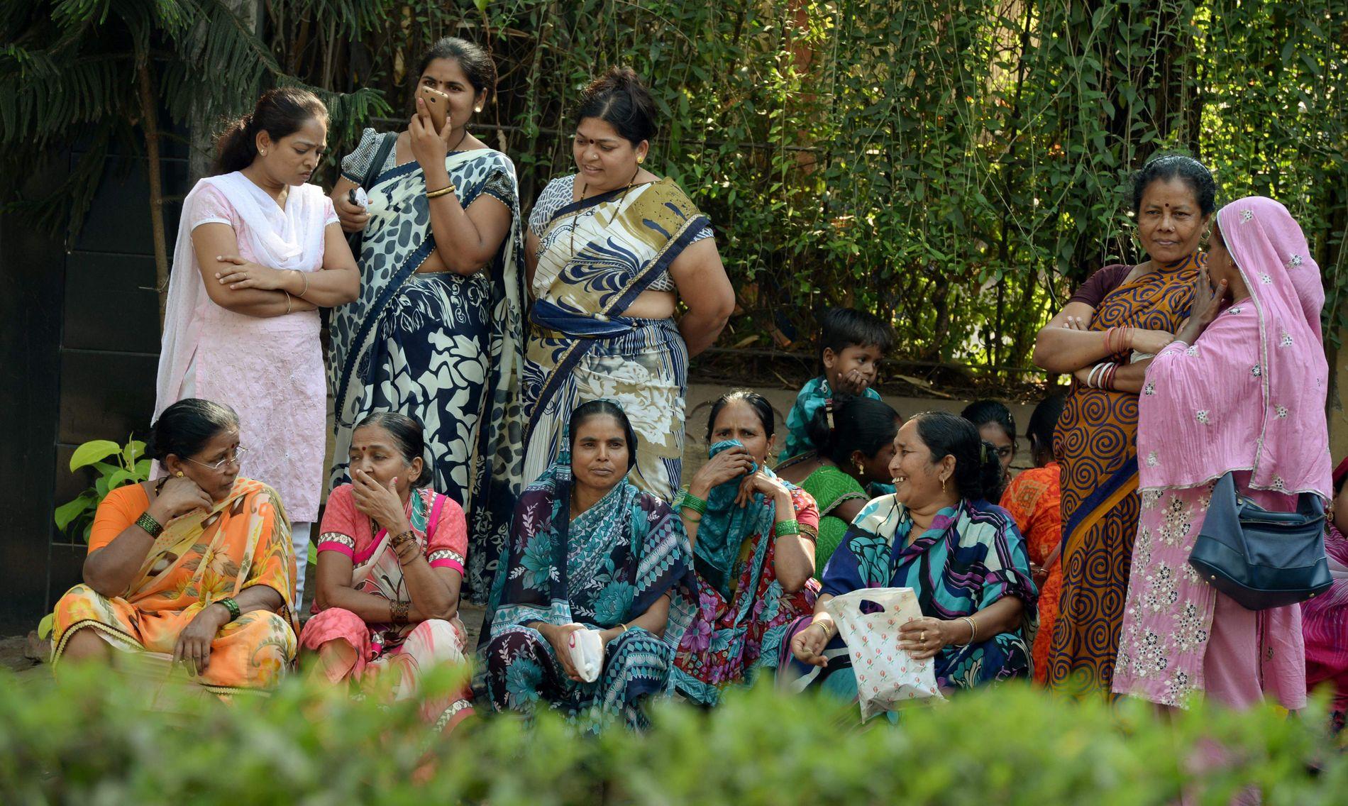 SØRGENDE: Etter at dødsfallet ble kjent samlet det seg store menneskemengder utenfor Kapoors bolig i  Mumbai.