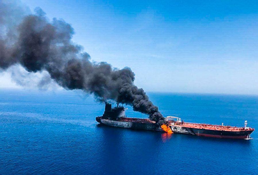 ANGREP: Slik så det ut da den norskeide oljetankeren Front Altair ble angrepet i kysten utenfor Iran tidligere i år.