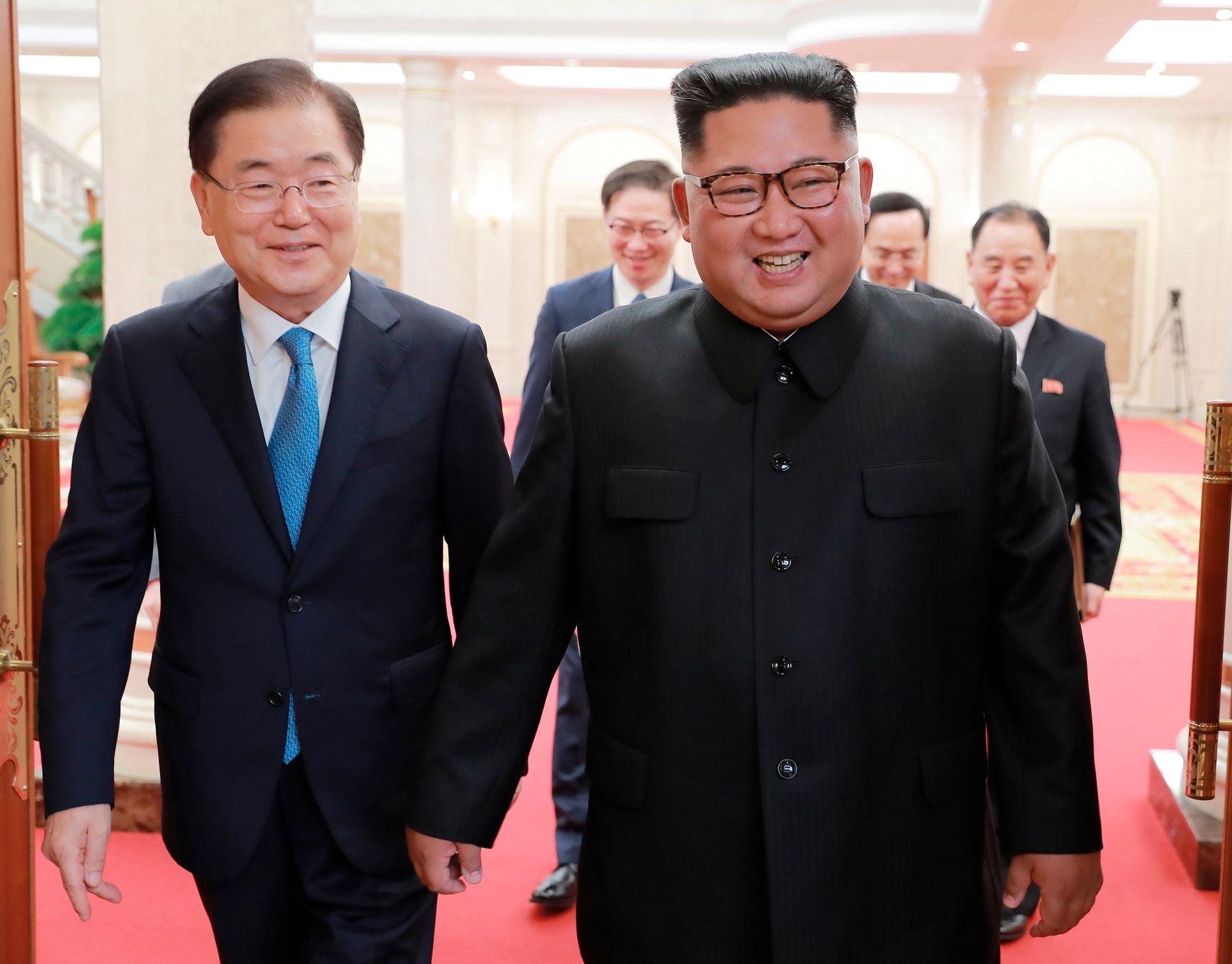 MØTES: Nord-Koreas leder Kim Jong-un var smilende fornøyd da han tok imot Sør-Koreas sikkerhetssjef Chung Eui-yong i Pyongyang onsdag.
