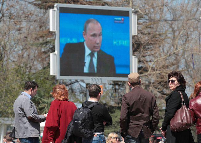 LYTTER TIL PUTIN: Ved en utendørs storskjerm på gaten i Sevastopol på Krim samlet folk seg i vår for å høre Russlands president tale.