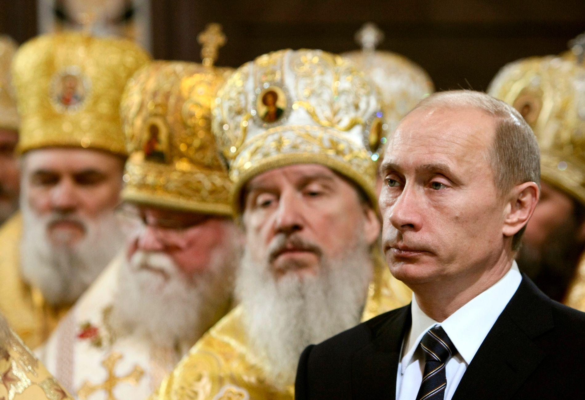 Russlands president Vladimir Putin har tette bånd til ledelsen av den russisk-ortodokse kirken. Nå er Russland i ferd med å miste grepet over deler av kirken i Ukraina.