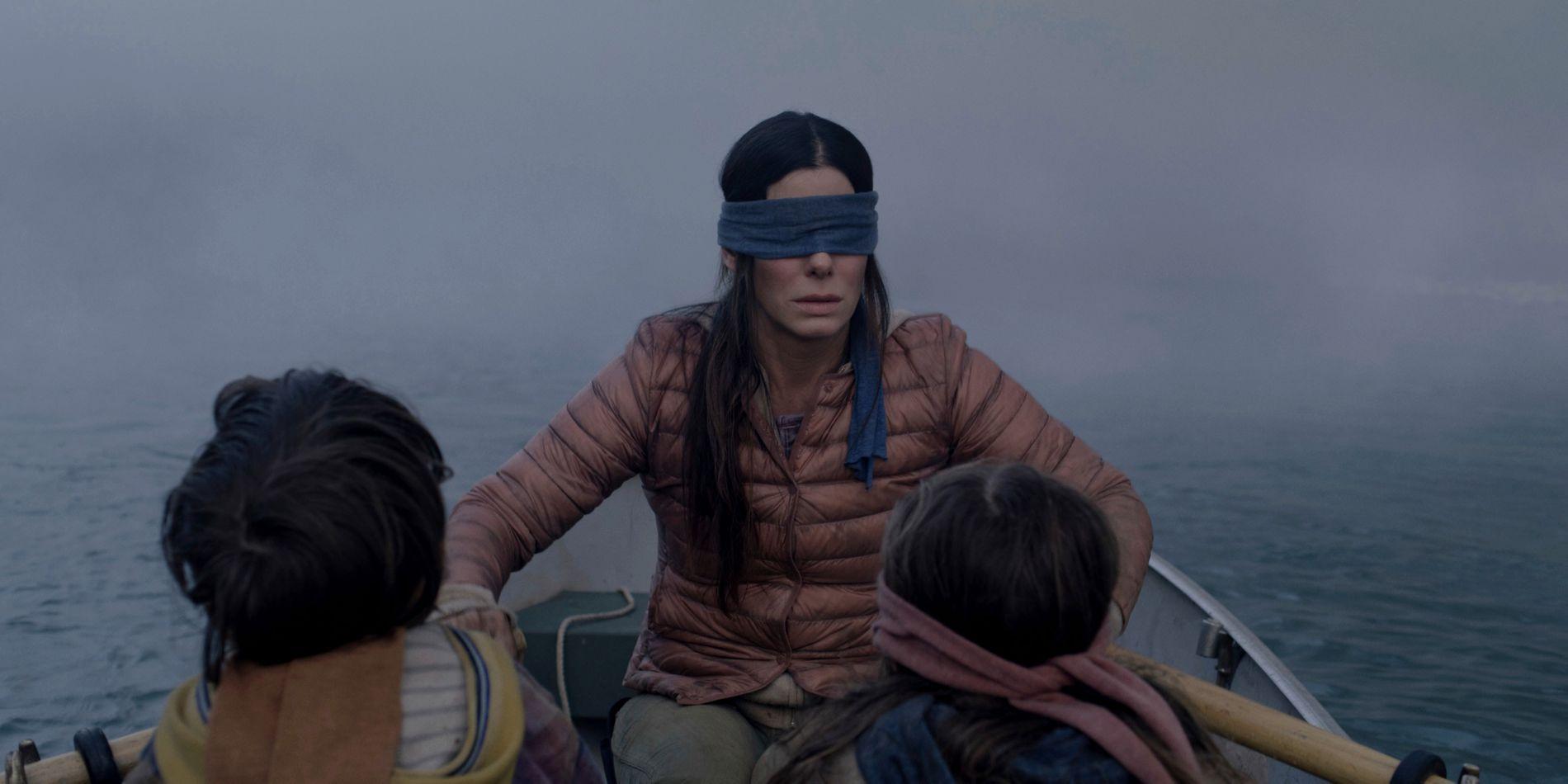 Sandra Bullocks spiller Malorie Hayes i filmen «Bird box». Netflix advarer mot å gjøre aktiviteter med bind for øynene, kalt «Bird box»-utfordringen. Foto: AP / NTB scanpix
