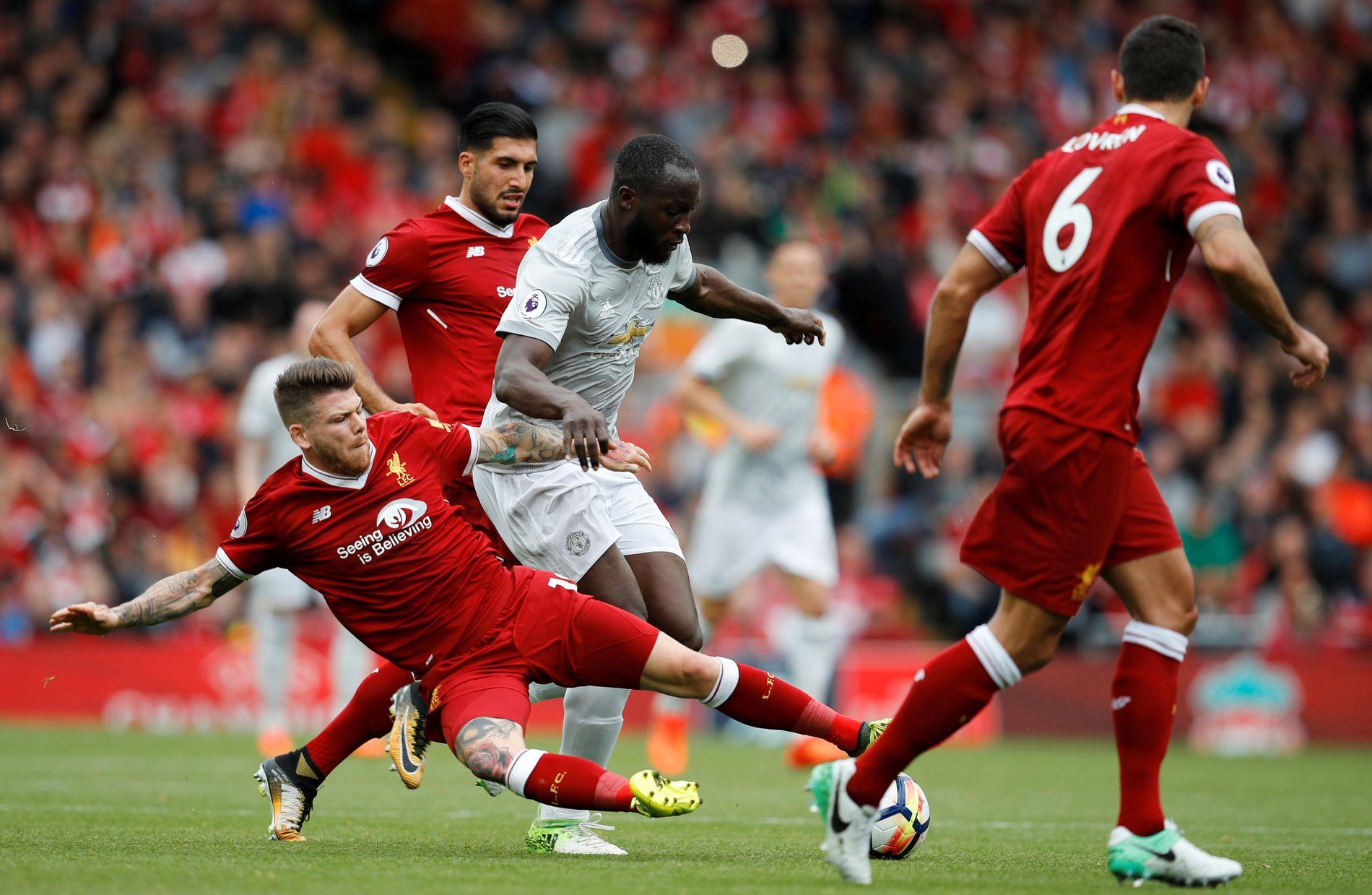 KNEBLET: Romelu Lukaku ble stoppet av Liverpool-forsvaret lørdag, her representert ved Alberto Moreno (taklende), Emre Can (i bakgrunn) og Dejan Lovren (med ryggen til).