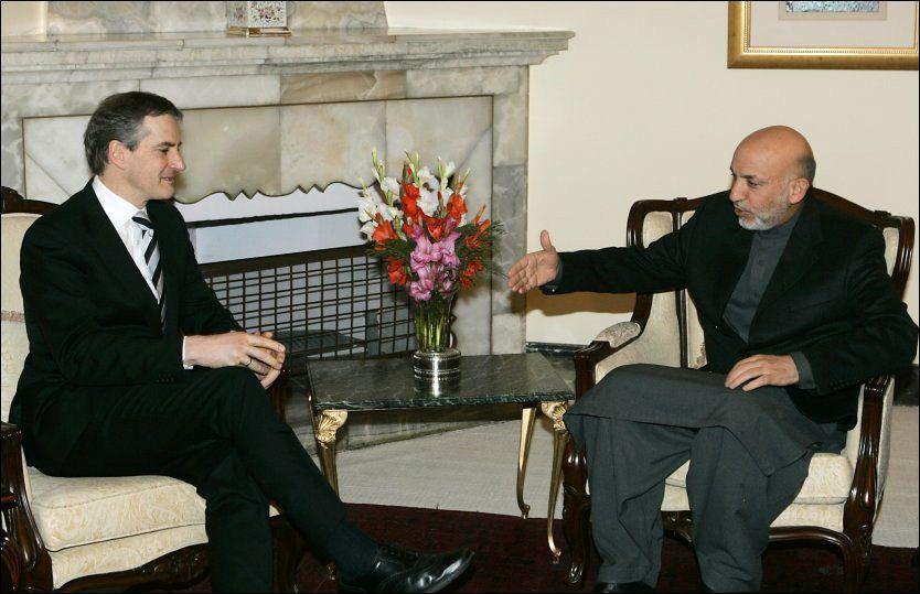 PÅ BESØK: Ved flere anledninger har utenriksminister Jonas Gahr Støre møtt Afghanistans president Hamid Karzai og fått afghanske tepper. Tre av teppene har Støre beholdt privat og ført opp på selvangivelsen i 2009. Ytterligere to tepper fikk han i 2007. Her er Støre fotografert med Karzai i januar 2007. Foto: SCANPIX