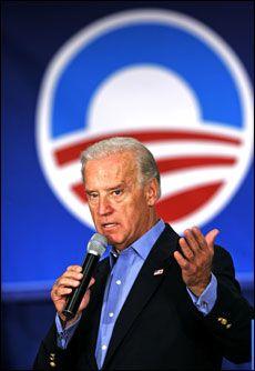 FÅR TAKK: Demokratenes visepresidentkandidat Joe Biden takkes ironisk av Sarah Palin. Foto: AP