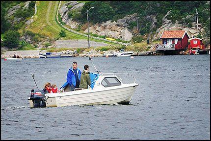 FREMDELES PÅ HANKØ: Prinsesse Märtha Louise var på Bloksberg torsdag ettermiddag. Her er hun på vei inn til Hankø Marina med livvakter og datteren Maud Angelica.