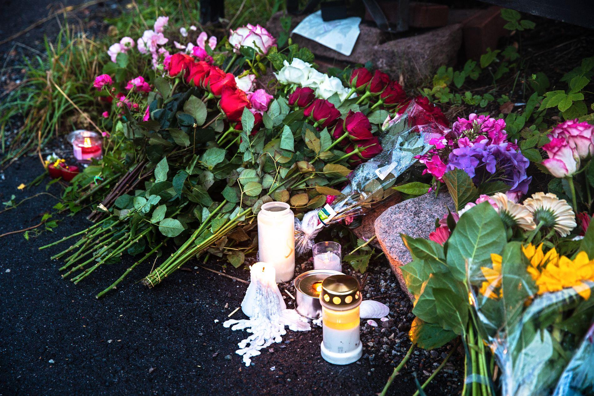 BLOMSTER: Flere har lagt ned blomster ved boligen til den drepte