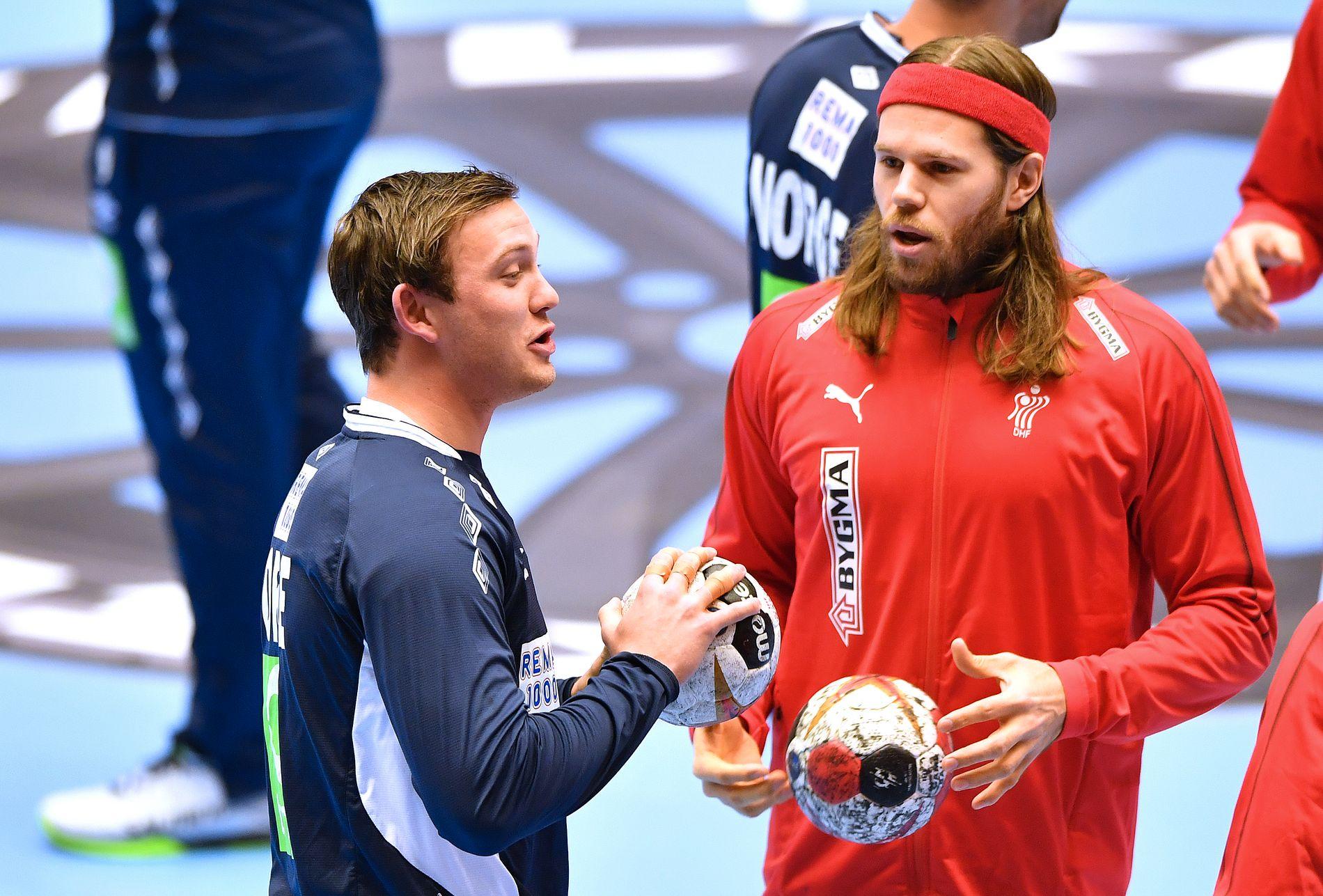 LAGKOMPISER: Sander Sagosen og Mikkel Hansen i prat før gruppespillkampen mellom Norge og Danmark tidligere i VM.