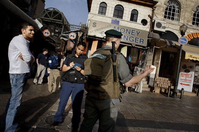 MØRK DAG: - Det er en mørk dag for norske medier når det bedrives gravejournalistikk på offentlige skikkelsers privatliv, og ikke på en demokratisk stat som utfører utenomrettslige arrestasjoner og begår hevndrap på barn, skriver kronikkforfatteren. Her sjekker israelsk politi id-papirene til en palestiner.