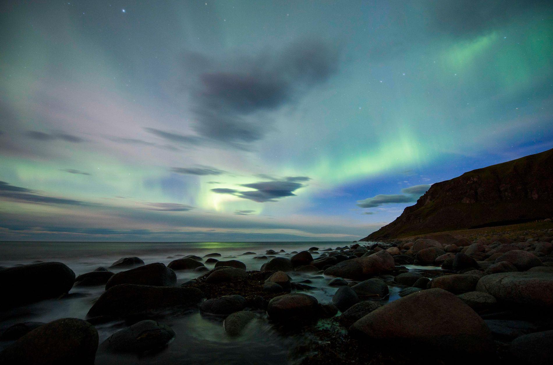 NORDLYS: Himmelfenomenet nordlys over en av strendene på Flakstad, ytterst i Lofoten.