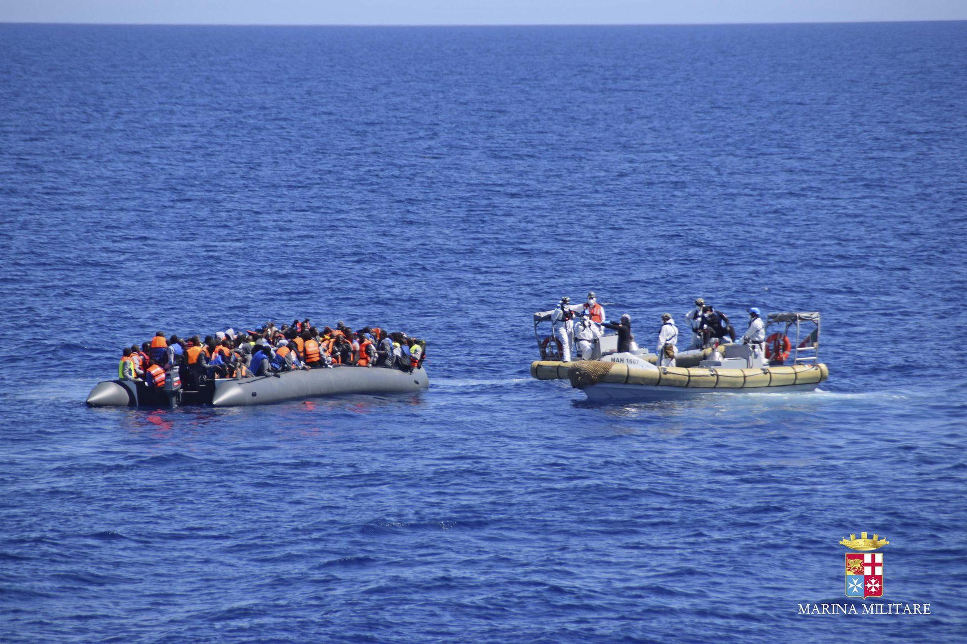 REDDET: Disse migrantene og flyktningene fikk i april hjelp fra den italienske kystvakten utenfor Sicilia.