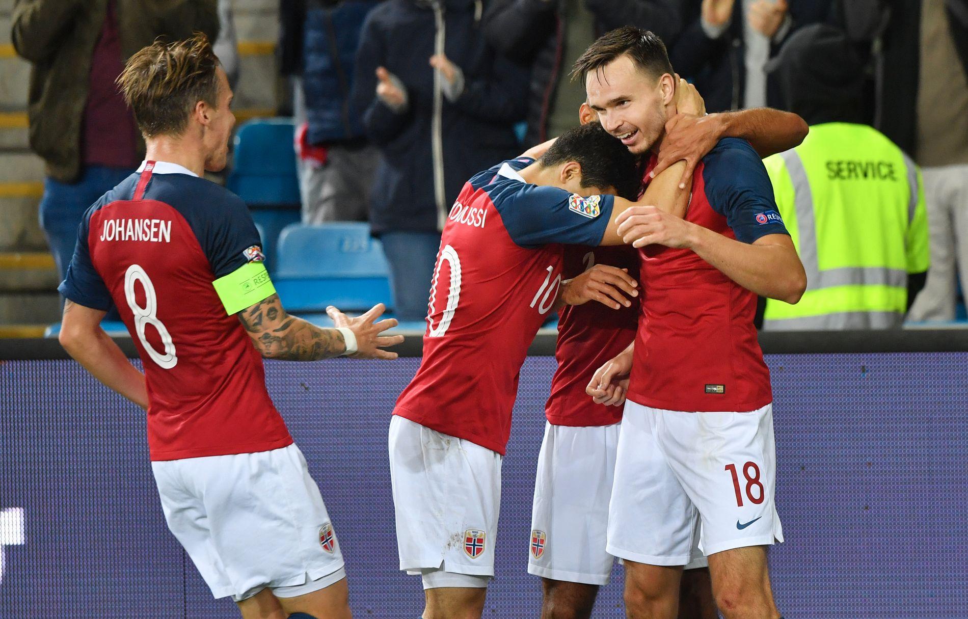 FORNØYD: Landslagskaptein Stefan Johansen (t.v.), som her gratulerer Ole Kristian Selnæs med vinnermålet, er godt fornøyd med Norges prestasjon mot Slovenia.