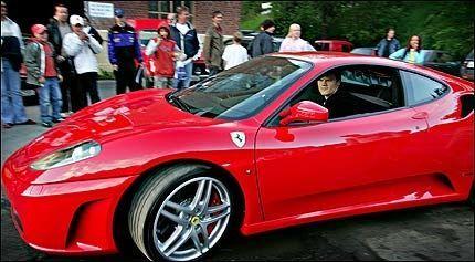 STJERNEBIL: John Arne Riise (24) dro av gårde i sin nye Ferrari etter å ha debutert som TV-skuespiller. Foto: MATTIS SANDBLAD