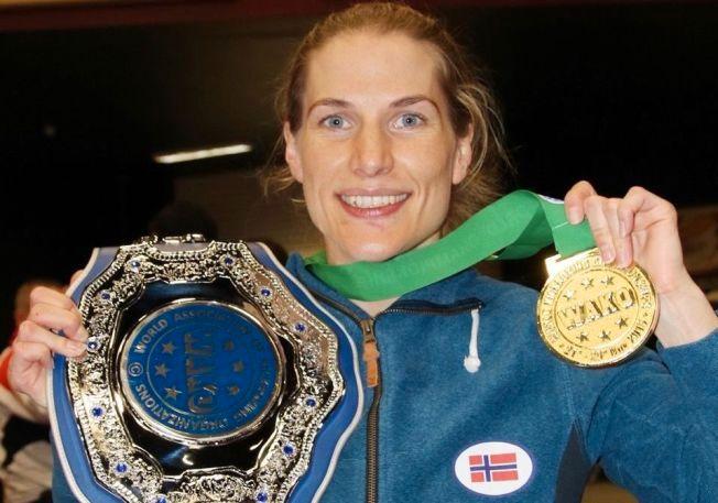 JUBELEN: Thea Therese Næss med belte og gullmedalje etter at hun vant VM finalen i kickboxing i Dublin over russiske Lilia Sharapova i dag.