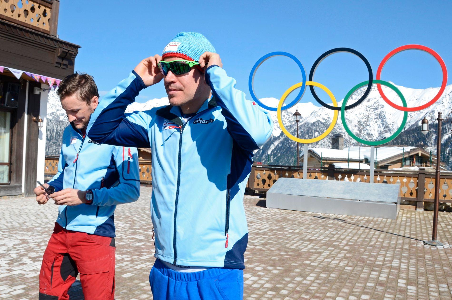 SKISKYTTERBRØDRENE: Morten Hegle Svendsen (t.v.) sammen med Emil Hegle Svendsen under OL i Sotsji. Da var Morten smøresjef for de norske skiskytterne.