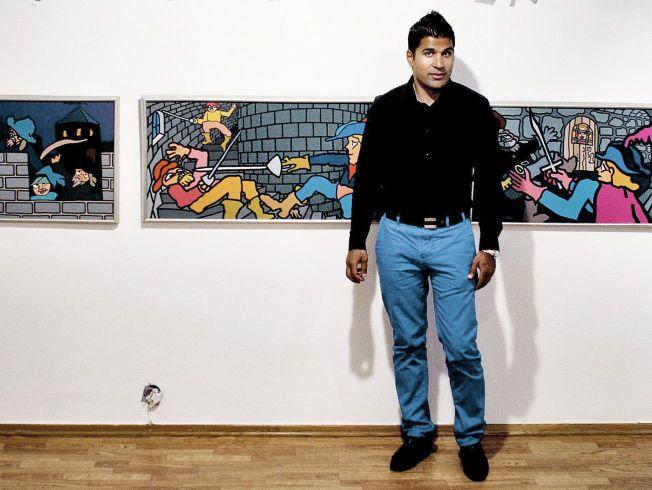 HELERITILTALT: Imran Saber (37) avbildet under en Pushwagner-utstilling i 2010. Han er kjent som svært kunstinteressert, og eide da bildet ble tatt flere malerier av den kjente kunstneren.