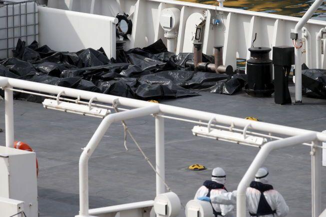 DØDE: Kroppene til de omkomne etter forliset ligger pakket inn på kystvaktskipet Bruno Gregoretti.