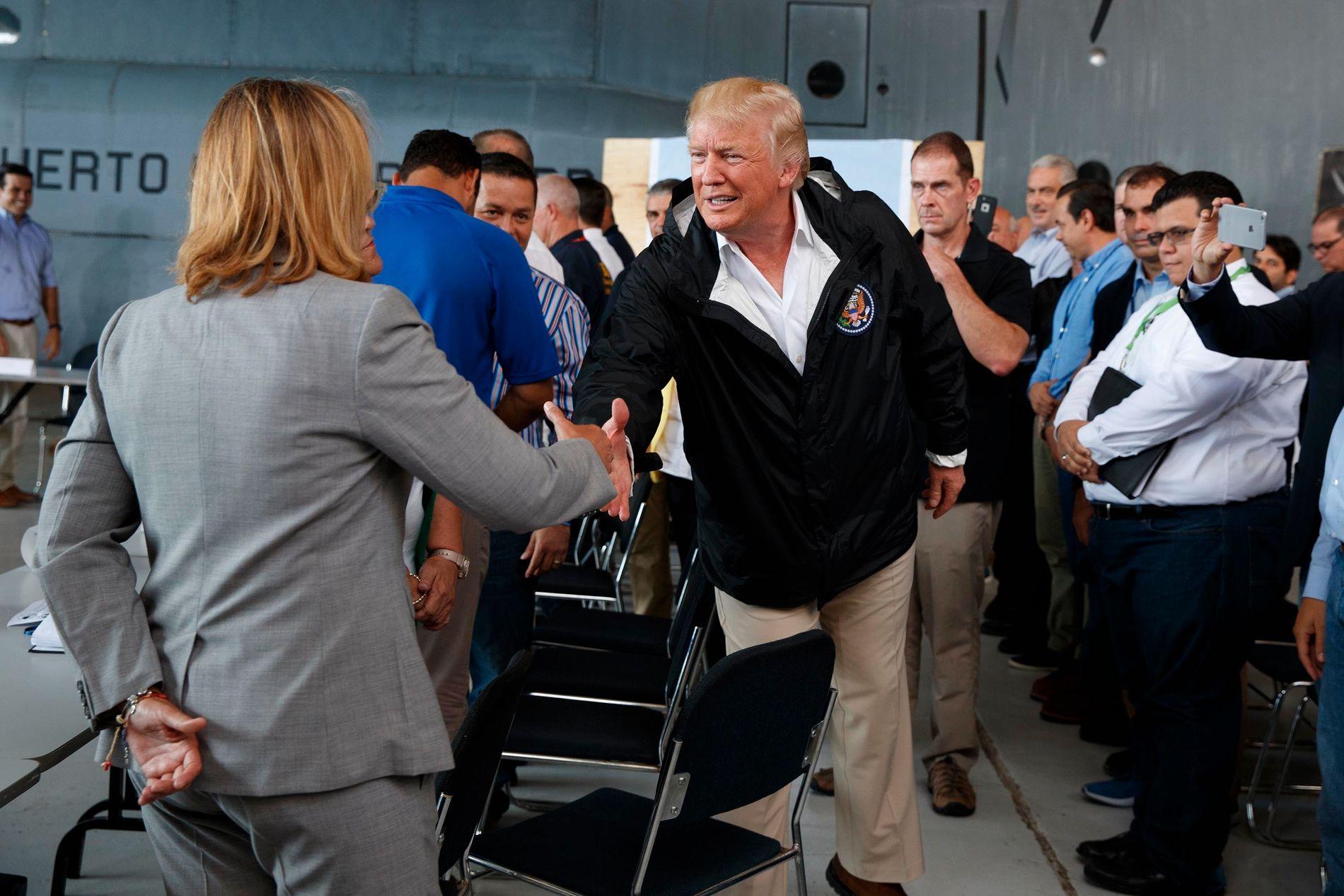 MØTTE TRUMP: Carmen Yulin Cruz og Donald Trump hilste på hverandre i Sann Juan 3. oktober i fjor. – Jeg følte at han så etter en unnskyldning for ikke å gi meg hånden, har Cruz tidligere sagt til VG.
