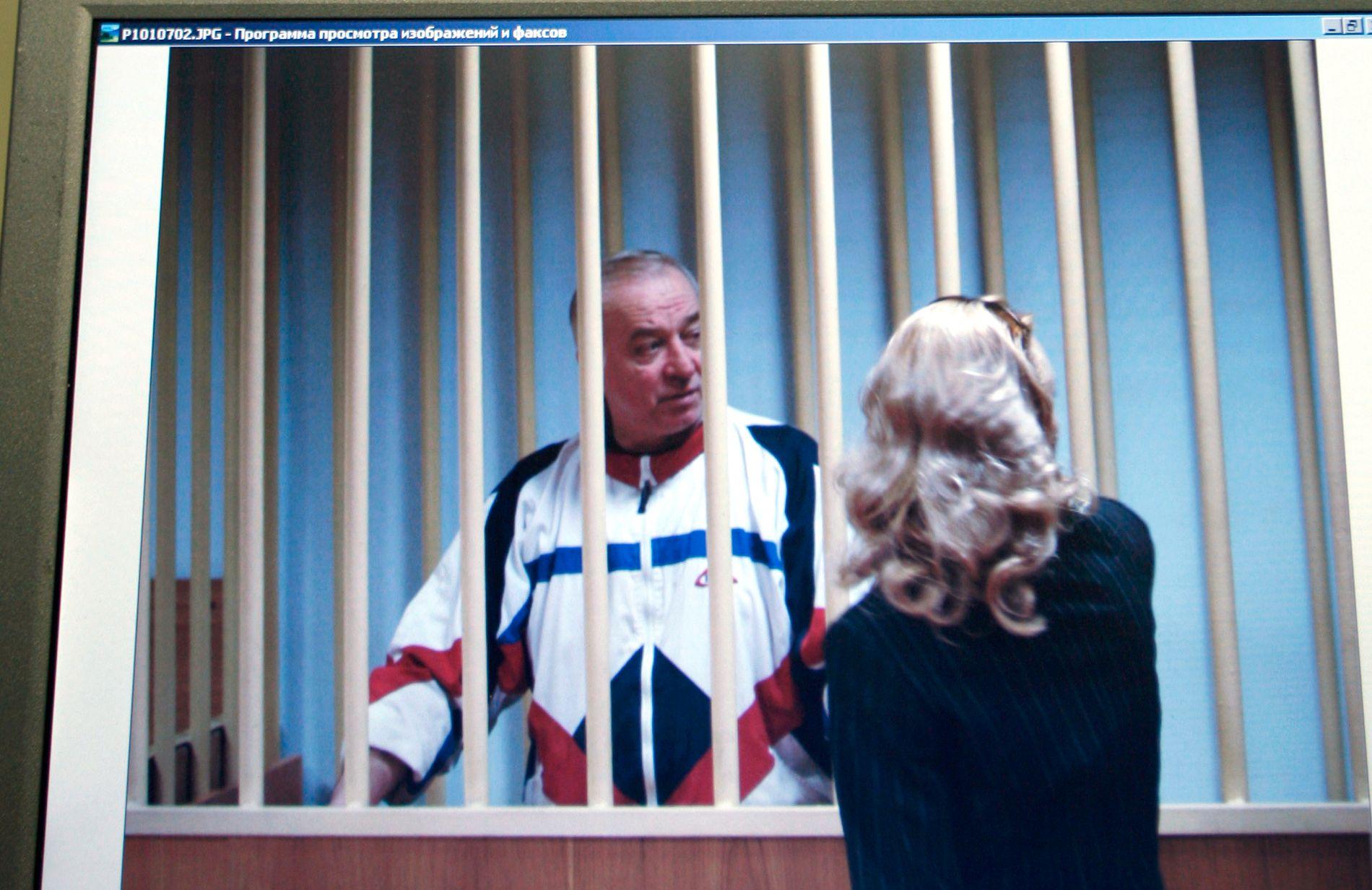 RETTSSAKEN: Her snakker Sergei Skripal med advokaten sin under rettssaken i Moskva i 2006.