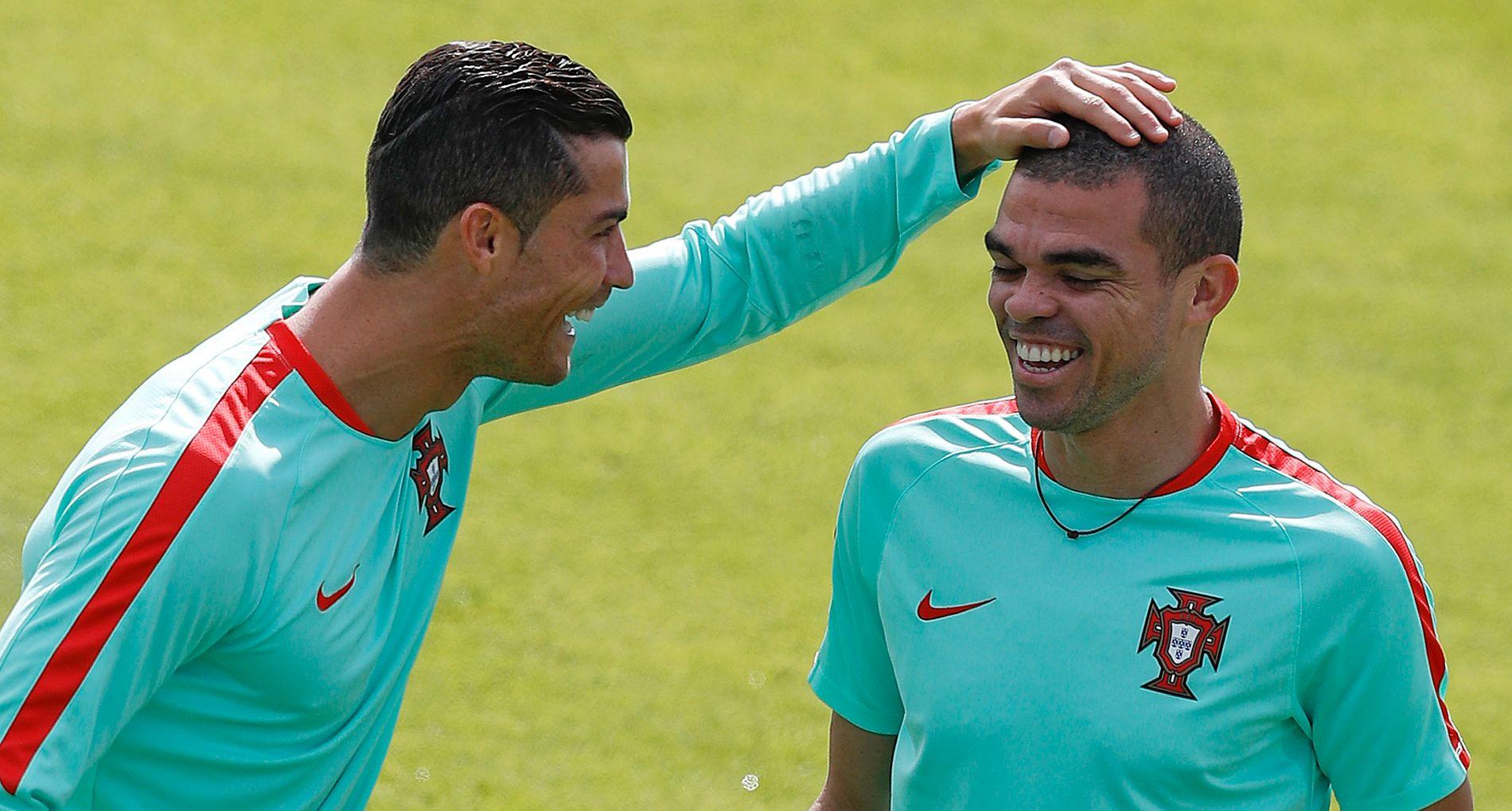 KVART-KLARE: Cristiano Ronaldo, Pepe og Portugal åpner kvartfinalene i EM mot Polen. Her fra den siste treningen i går, i Marcouissis sør i Paris, før avreisen til Marseille. Foto: REUTERS