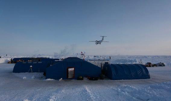 HOCKEY HER:  Barneo-basen på Nordpolen blir arena for en FN-arrangert ishockeykamp i april 2019.
