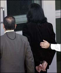 HÅNDJERN: Michael Jackson vil bli satt i håndjern dersom han blir funnet skyldig av juryen. Dette bildet ble tatt da politiet pågrep Jackson 21. november 2003. Foto: AFP