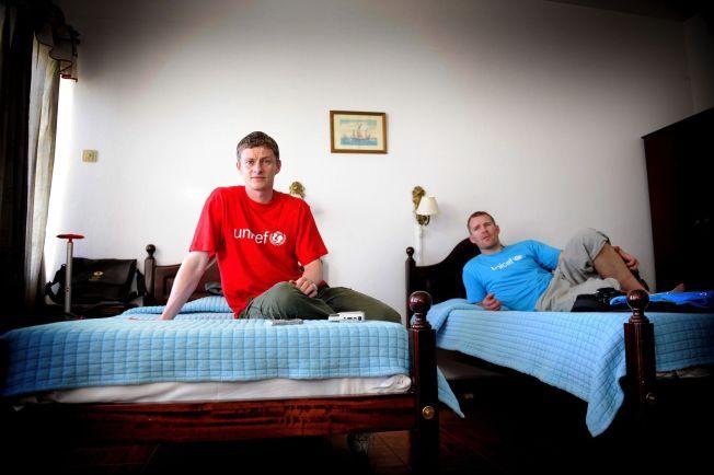 SAMMEN I ANGOLA: Ole Gunnar Solskjær og Jim Solbakken på et hotellrom i Angola under et Unicef-oppdrag i april 2008.