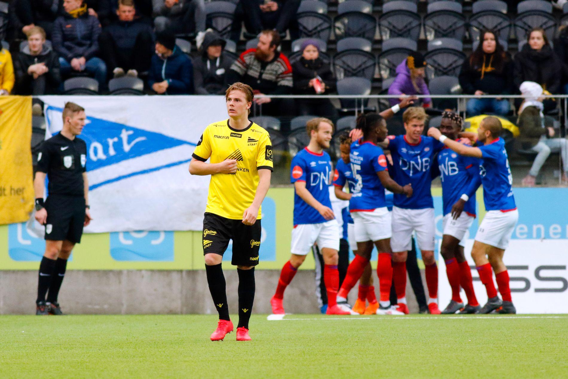TUNG START: Med utvisning etter seks minutter ble det en håpløs jobb for Tobias Christensen og Start-spillerne i møtet med Vålerenga.