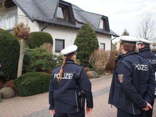 GJENNOMSØKER HUSET: Politiet bekrefter til VG at de nå vil gjennomgå boligen til foreldrene til Andreas Lubitz. Lubitz bodde der mens han pendlet til jobben i Germanwings. Foto: JARLE G. BRENNA