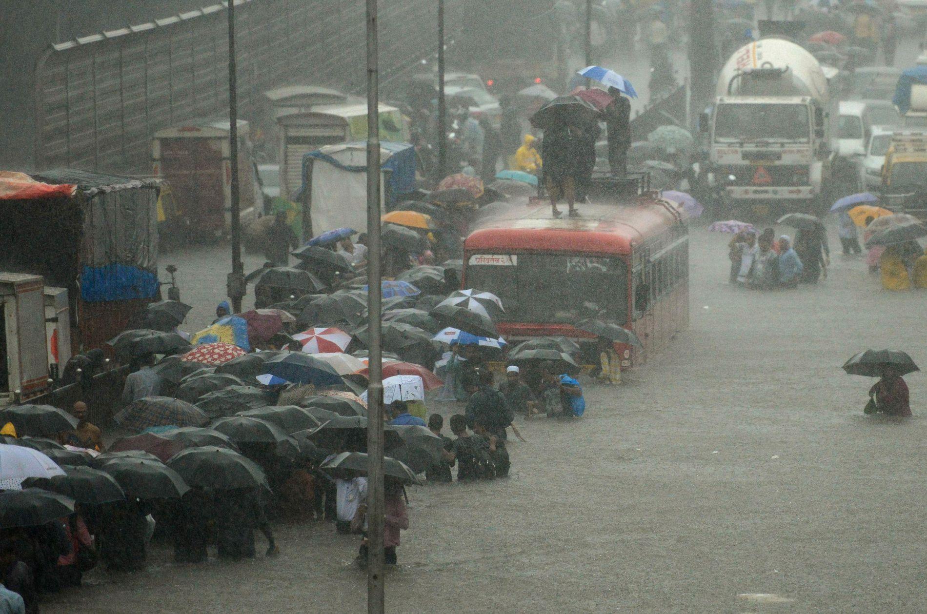 BYEN STOPPER OPP: Jernbaner stenges og flyvninger kanselleres som følge av monsunen i India.
