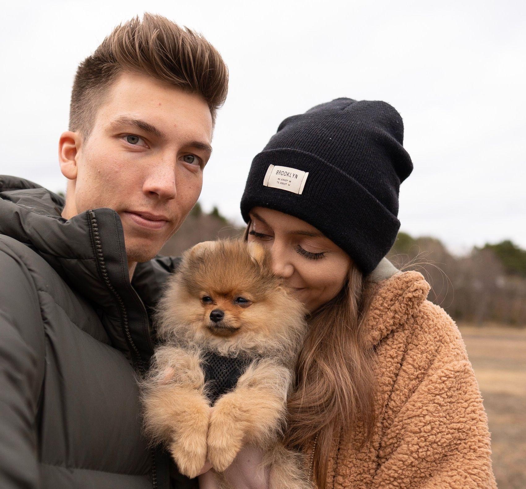 NUSSELIG: Johann André Forfang og samboer Celina Robertsen med Wilma (12 uker), en Pomeranian.