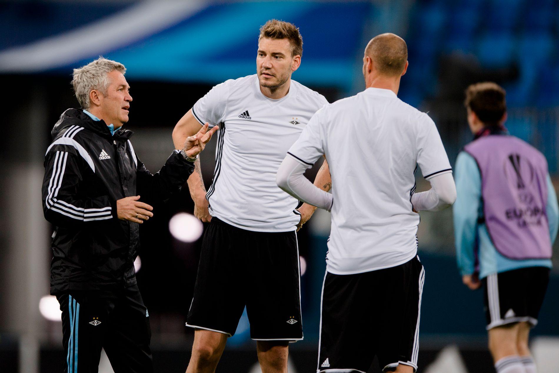 SKAPER OVERSKRIFTER: Nicklas Bendtner (midten) feiret nyttår i Tyrkia. Det førte til kraftige spekulasjoner om en overgang. Her med trener Kåre Ingebrigtsen (t.h.).