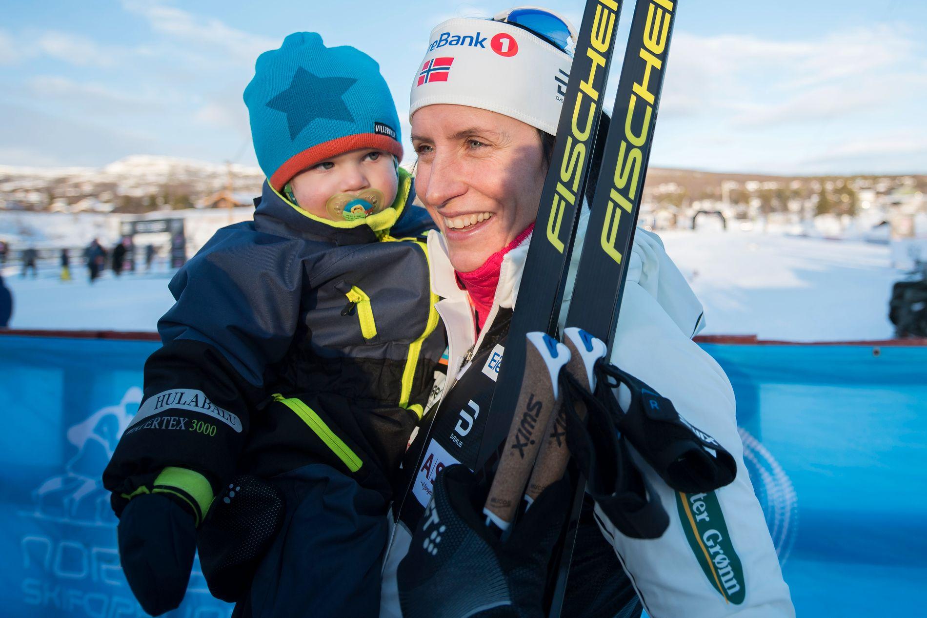 MAMMA IGJEN: Marit Bjørgen med sønnen Marius i 2017. Nå har Marius fått en lillebror.