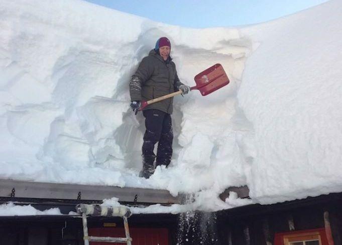 REKORD: Lars Tiller har måkt hele 12 hyttetak de siste dagene, og er klar på at han aldri kan huske å ha sett så mye snø i området før.