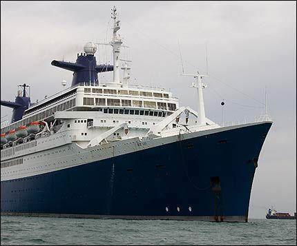 HUGGEKLAR: SS «Norway» ligger nå ved dødsstranden i Alang, mens miljøorganisasjonene håper i det lengste på at skipet skal snu. Arkivfoto: AFP