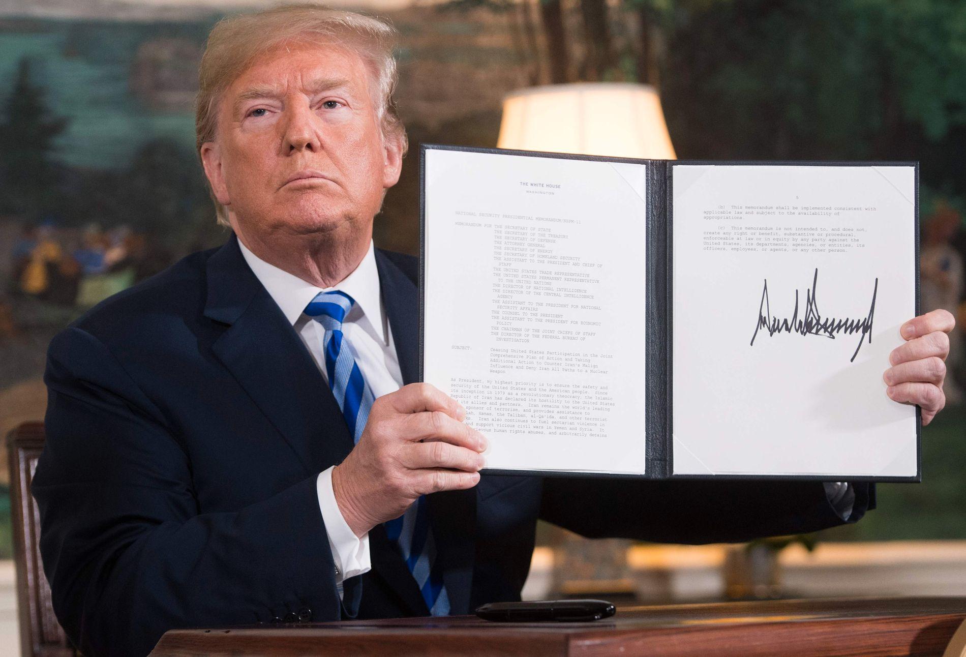 VRAKER AVTALE: President Donald Trump viser frem et dokument 8. mai i fjor som gjeninnfører sanksjoner mot Iran. Etter at USA sa opp atomavtalen har spenningen økt kraftig mellom de to land.