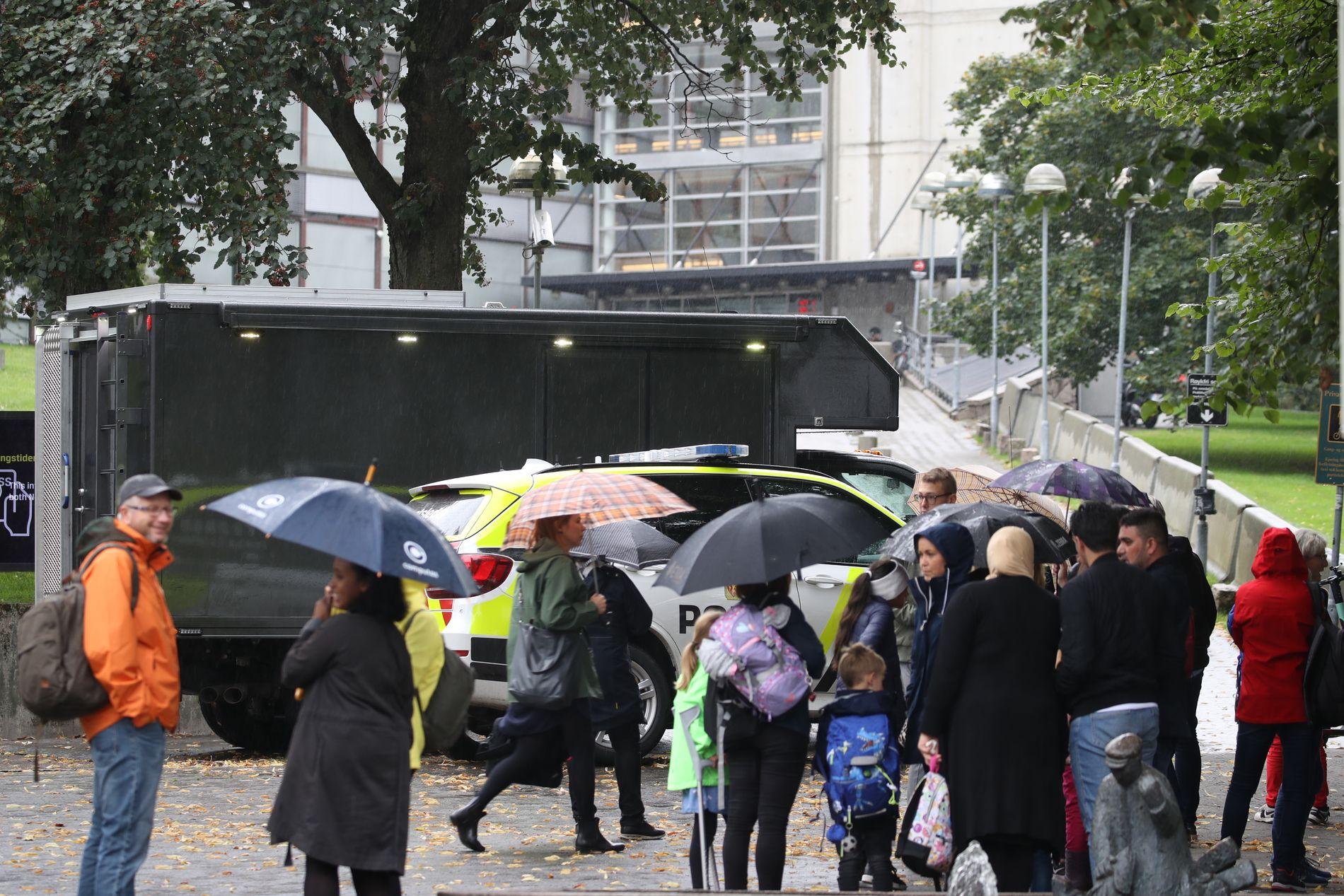 EVAKUERT: Hovedinngangen til politihuset på Grønland i Oslo er midlertidig stengt etter bombetrusselen.
