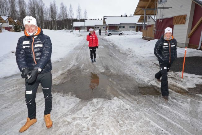 CAMPINGLIV: Johannes Thingnes Bø (t.v.), Fanny Welle-Strand Horn og Tarjei Bø på vei til møtet med norske journalister på en campingplass i Joensuu, hvor skiskytterne holder til. I bakgrunnen skimter vi Tiril Eckhoff.