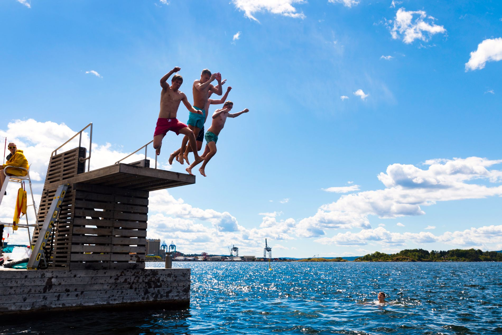 SØRENGA: Mange kjøler seg ned i det populære sjøbadet på Sørenga i Oslo om sommeren.
