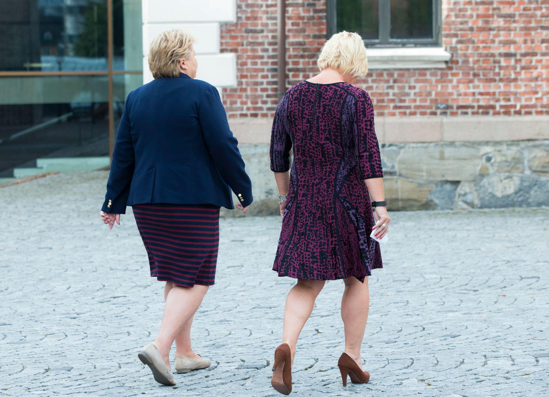 Statsminister Erna Solberg (t.v.) og finansminister Siv Jensen holdt pressekonferanse utenfor Statsministerens kontor, før de gikk inn til regjeringens budsjettkonferanse tirsdag morgen.