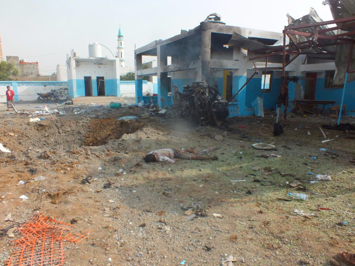 FLERE DREPT: Et luftangrep rammet et sykehus i Jemen mandag. Sykehuset ble delvis ødelagt og minst 11 skal ha blitt drept i angrepet, ifølge Leger Uten Grenser.