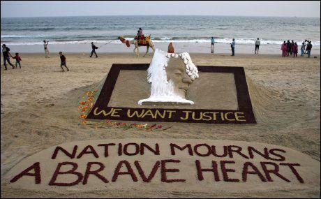 MINNES: Den ukjente kvinnen minnes av kunsternen Sudarshan Patnaik på stranden i den indiske delstaten Odisha. Foto: Reuters