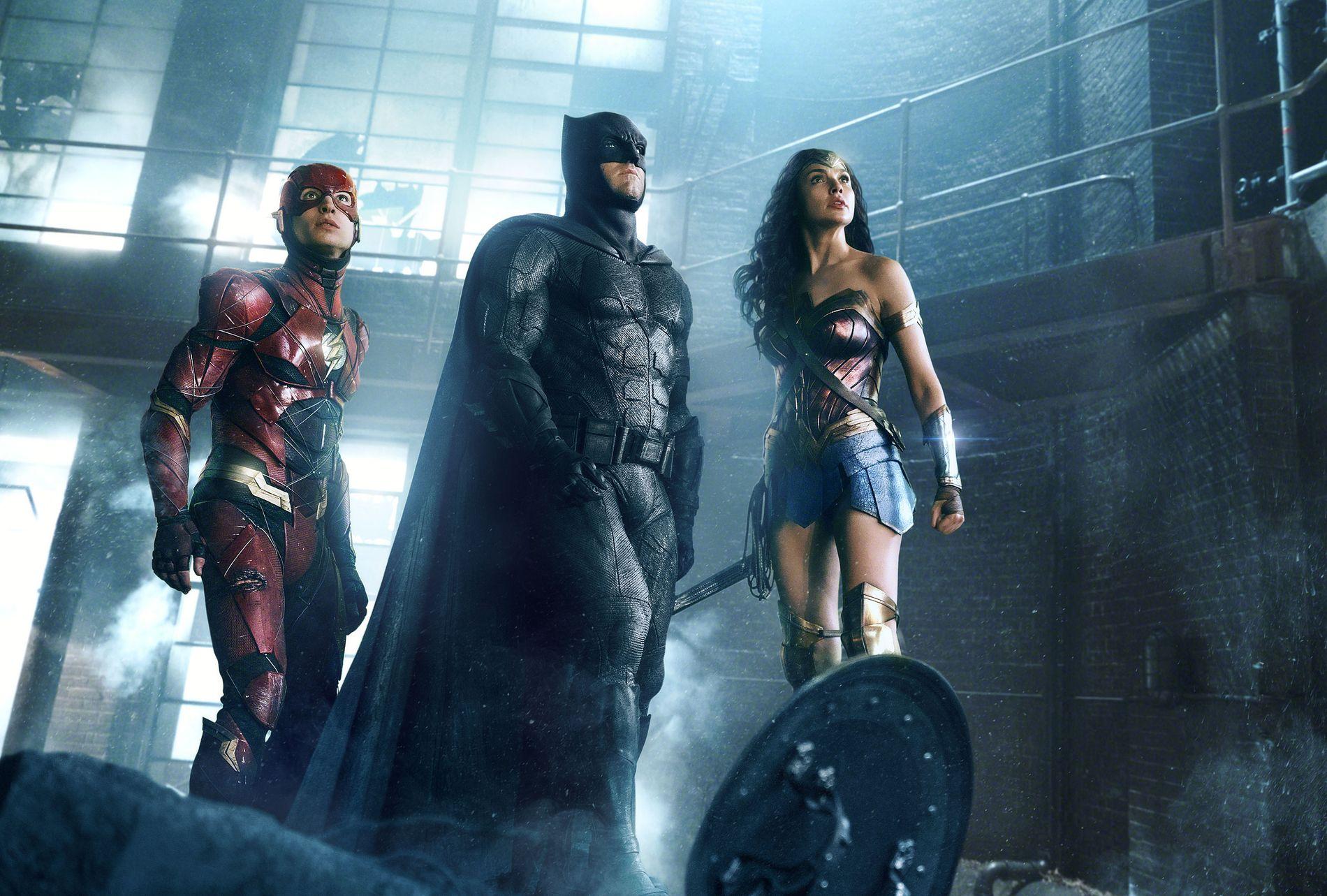 FORRIGE: Ben Affleck (i midten) som Batman i «Justice League» i 2017. Til venstre Ezra Miller som The Flash og til høyre Gal Gadot som Wonder Woman.