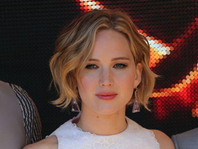 LETTER PÅ SLØRET: «Hunger Games»-stjernen Jennifer Lawrence snakker ut om bildelekkasjene i november-utgaven av motemagasinet Vanity Fair.