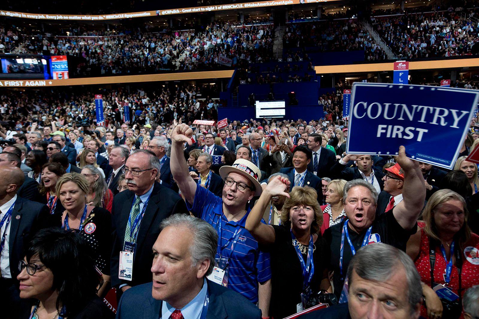 TOMMEL NED: New York-delegasjonen gir tommelen ned til Ted Cruz etter hans manglende støtte til Donald Trump.
