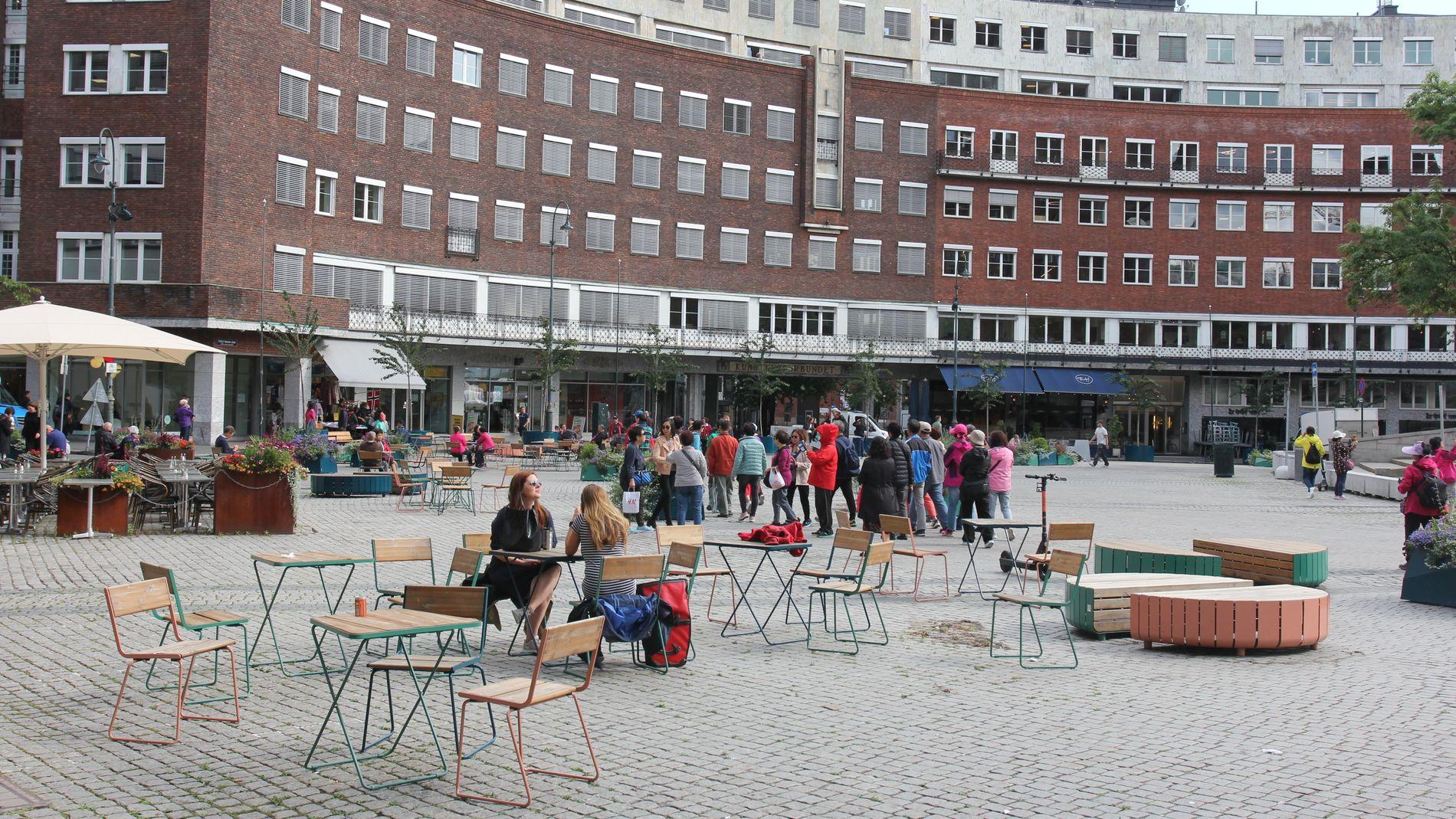 BILFRITT BYLIV: Fridtjof Nansens plass foran Rådhuset er et av stedene som har fått begrensninger når det gjelder biltrafikk, og har fått tilført en rekke sitteplasser. Det er i dette området flere av Oslos største gårdeiere peker på at butikkene sliter i en ny analyse.