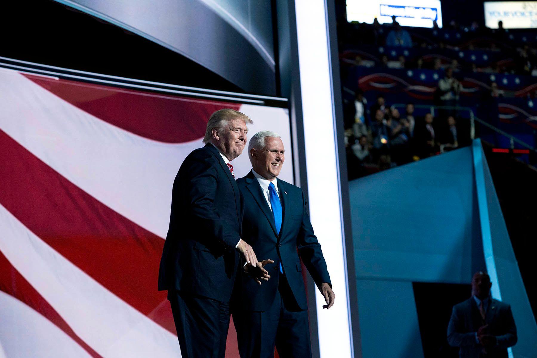 TOSPANNET: Visepresidentkandidat Mike Pence holdt sin tale for landsmøtet i natt. Etterpå fikk han besøk av Donald Trump på scenen.