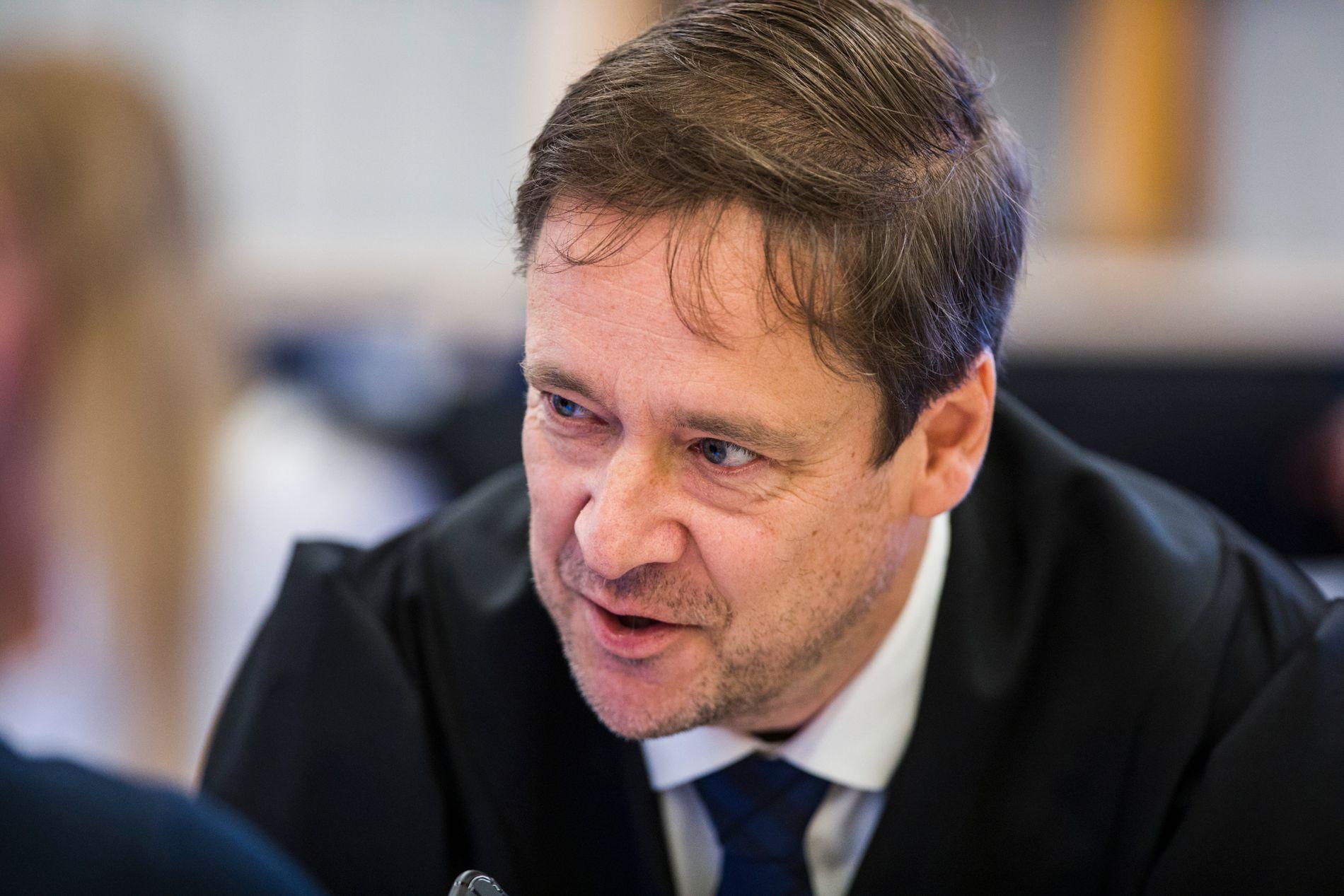 SPØR UT NARKOSMUGLEREN: Eirik Jensens forsvarer John Christian Elden i lagretten.